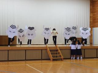 6校時体育館では,1年生がミュージカルの舞台練習を行っていました。