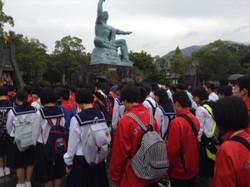 平和公園の平和祈念像の前で平和のつどいを行いました。