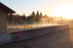 プールからは川霧のような蒸気霧が立ち上がっていました。