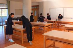 昼休みに生徒会本部と各学級の会計がその日の募金額の集計をします。