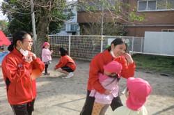 最初の保育実習は6日(火)に3年1組。園庭で幼児たちとふれ合いました。