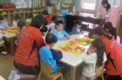 13日(火)は2組。あいにくの雨でしたので,室内で園児たちと折り紙などをしました。