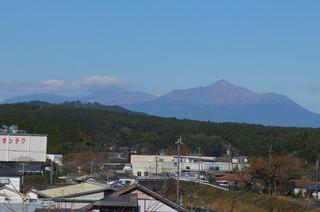 霧島連山の韓国岳でしょうか,山頂付近に初冠雪です。