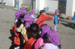 16日(金),外は非常に寒かったですが,天気もよく,4組は外で園児たちとふれあいました。
