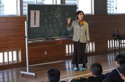 1年生は,武道館で弁護士の先生から,進路選択についての先生の考え方を教えていただきました。