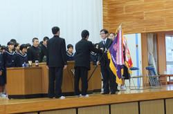 地区の大会で優勝し,優勝旗が学校長へ渡されました。