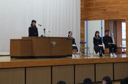 各学年・生徒会代表の生徒が,それぞれ2学期の抱負と冬休み・3学期の抱負を述べました。