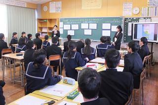 鹿児島大学の2名の学生がゲストティーチャーとして来てくださいました。