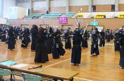 大会では,試合が始まる前に剣道教室が開かれ,素振りの基本などを教えていただきました。