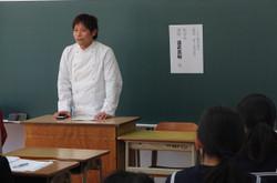 生徒たちは13の職種から2つを選択し,講師の方からお話を聴きました。