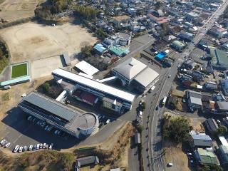 ドローンで撮影した末吉中学校上空からの航空写真です。