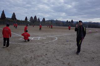 保健体育科の堤教諭がソフトボールの研究授業を行いました。