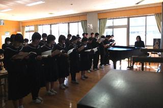 音楽の時間,全校生徒で合唱する「旅立ちの日に」を各クラスで練習しています。
