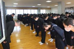 生活部の生徒たちが前に立ち,大きな声であいさつをする練習をしました。