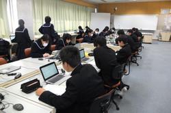 パソコン室では,インターネットを活用して,長崎に投下された原子爆弾について調べ,まとめました。