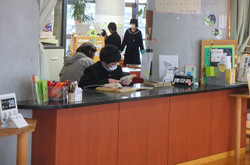 各クラスの学習委員会の生徒が交代でカウンターでの貸出係を行っています。