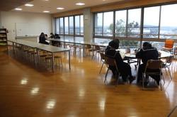 3年生たちが図書室で受検前の復習に取り組んでいました。