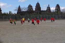 男子は校庭でサッカー。9分ハーフの4クラスリーグで試合を行いました。