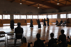 剣道の基本の審査。1級は4~6人の3グループで行われました。