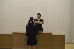 学年代表の生徒が壇上にあがり,学校長から修了証書が授与されました。