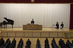 各学年と生徒会の代表の生徒が,1年間の反省と来年度に向けた抱負を述べました。