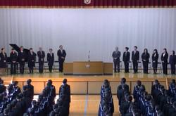 拍手で迎えられ,壇上に14名の先生方が並ばれました。
