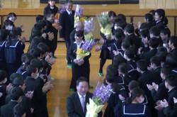 生徒がつくる花道の中を先生方が退場されました。