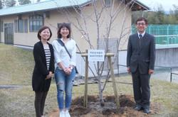 卒業して20周年の記念植樹です。卒業生と学校長です。