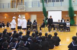学校生活の中での生徒会活動の役割を,一日の流れに沿って,劇で説明しました。