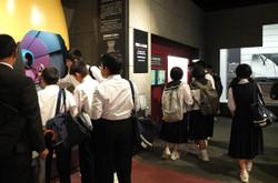 原爆資料館には,原爆の悲惨さを物語る写真や,実際に投下された原子爆弾の模型などが展示されていました。