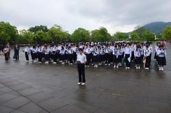 平和祈念像を前にして,平和祈念集会を行いました。各クラスで作った千羽鶴を奉納したのち,全員で平和への誓いを述べました。