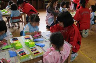 保育園で園児たちと折り紙を使った工作に取り組みました。