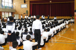 学校長から,明日行われる陸上大会出場選手に向けて激励の言葉がおくられました。