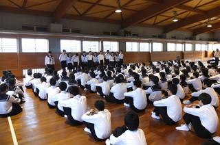 学年の各専門委員会の委員長・副委員長がそれぞれの活動についての抱負を述べました。
