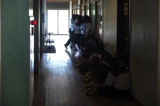 静かに廊下に並び,自分の検診の順番を待ちます。