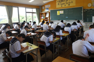 生徒たちは真剣に,そして時間いっぱい2日目のテストに取りかかっています。