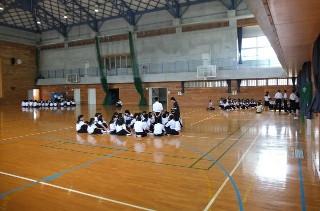 ステージでのリハーサルを終えて,各学級ごとにミーティングを行いました。