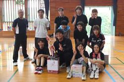 優勝した2年生チーム。トロフィーと副賞のビールが贈られました。