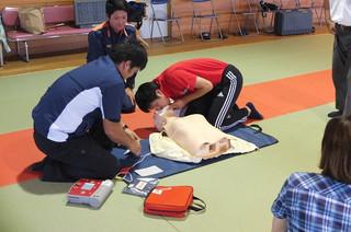 心臓マッサージや人工呼吸・AEDの使用など,心肺蘇生法一連の実習を行いました。