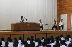 各学年・生徒会代表の生徒たちが1学期の反省や夏休み・2学期の抱負を発表しました。