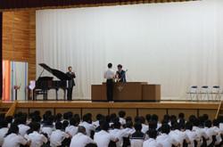 始業式前に,夏休みのいろいろな大会等の授賞式が行われました。