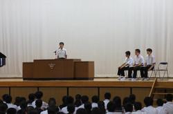 各学年・生徒会の代表の生徒が夏休みの反省と二学期の抱負を述べました。