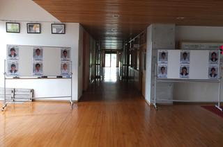 12名の立候補者のポスターが特別棟1階ホールに掲示されています。