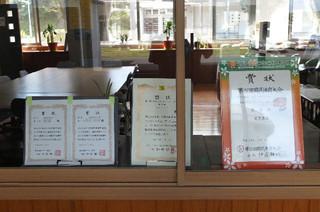 校長室に国体カヤックシングル6位入賞の賞状が飾られています。