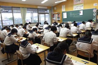 3級会場では,生徒たちが真剣に筆記試験に取り組んでいます。