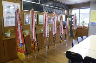 校長室には7本の優勝旗が並んで飾られています。