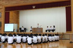 生徒会役員に立候補した生徒たちが,壇上で公約を述べました。