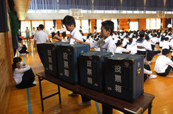 投票用紙を投票箱に投票します。投票箱は曽於市選挙管理委員会からお借りしました。