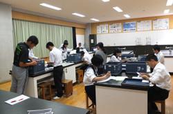 選挙管理委員の生徒が得票数の集計を行いました。