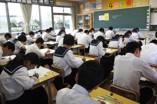 1校時,3年生は国語のテストが行われています。